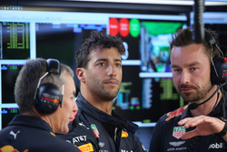 Daniel Ricciardo, Red Bull Racing with engineers