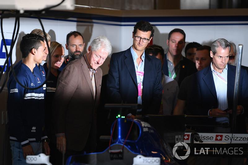 Ex presidente Bill Clinton, con Marcus Ericsson, Sauber y Pascal Wehrlein, Sauber
