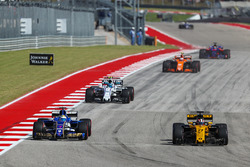 Marcus Ericsson, Sauber C36 and Nico Hulkenberg, Renault Sport F1 Team RS17 battle