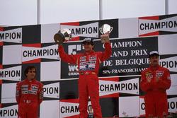 Podium : le vainqueur Ayrton Senna, le deuxième Alain Prost, le troisième Nigel Mansell