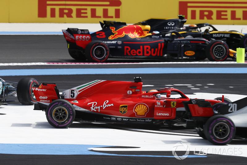 Carlos Sainz Jr., Renault Sport F1 Team R.S. 18, Daniel Ricciardo, Red Bull Racing RB14, pasan a Sebastian Vettel, Ferrari SF71H, Valtteri Bottas, Mercedes AMG F1 W09