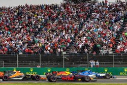 Daniel Ricciardo, Red Bull Racing RB13 and Pascal Wehrlein, Sauber C36 battle at the start of the race
