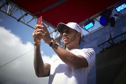 Lewis Hamilton, Mercedes AMG F1, scatta una foto della folla