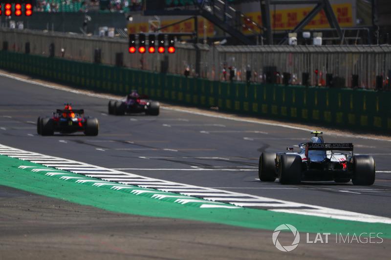 Daniel Ricciardo, Red Bull Racing RB14, Marcus Ericsson, Sauber C37, e Kevin Magnussen, Haas F1 Team VF-18, si sistemano in griglia per provare la partenza