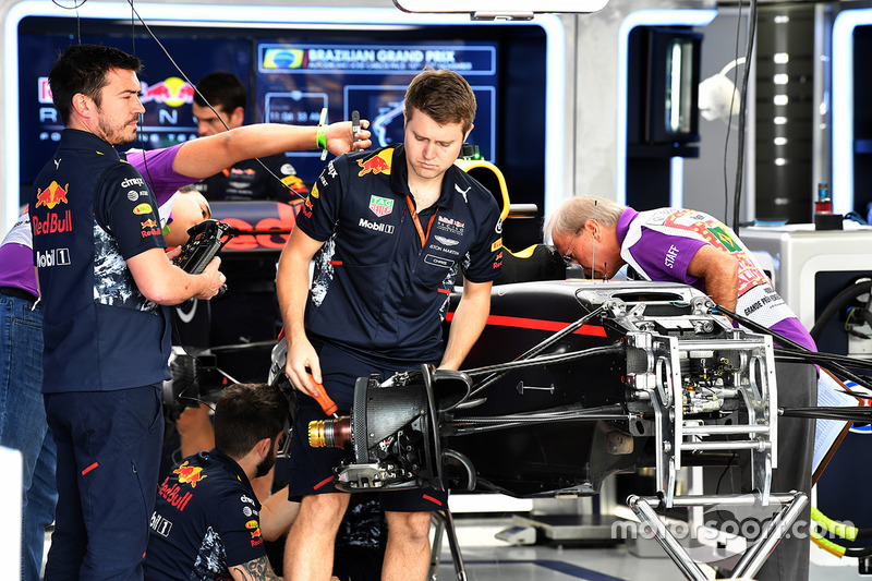 Une Red Bull Racing RB13 dans le garage