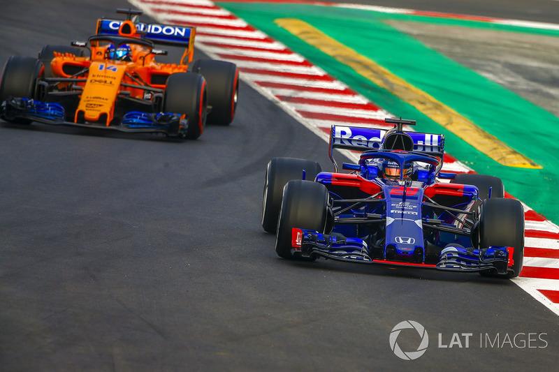 Брендон Хартли, Toro Rosso STR13, и Фернандо Алонсо, McLaren MCL33