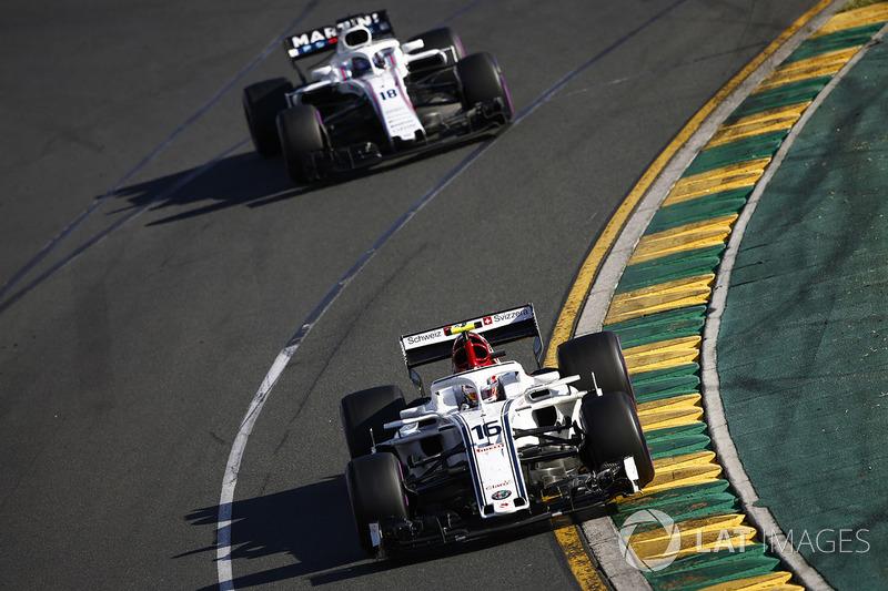 Charles Leclerc, Sauber C37 Ferrari, precede Lance Stroll, Williams FW41 Mercedes