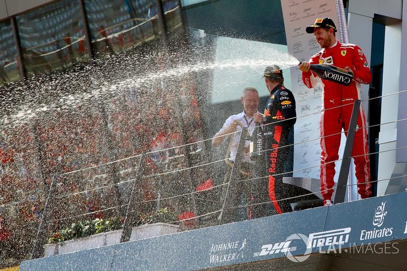 Jonathan Wheatley, Team Manager, Red Bull Racing, Kimi Raikkonen, Ferrari, Max Verstappen, Red Bull Racing e Sebastian Vettel, Ferrari, festeggiano sul podio con lo champagne