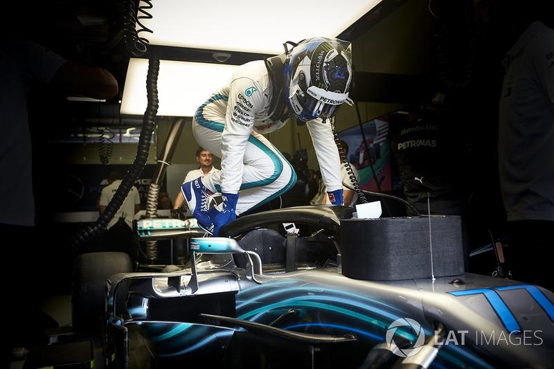 Valtteri Bottas, Mercedes AMG F1, monte dans sa voiture