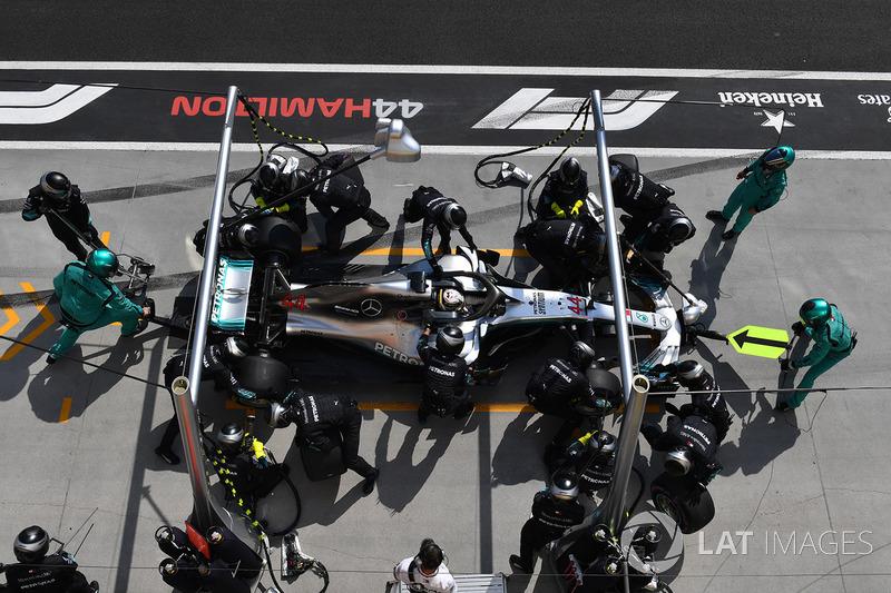 Lewis Hamilton, Mercedes-AMG F1 W09 para en boxes
