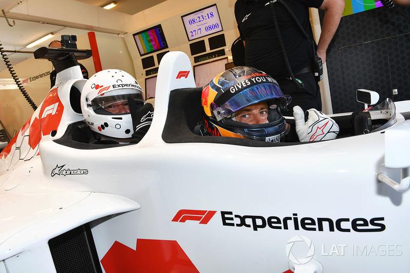 Patrick Friesacher, supir F1 Experiences, bersama penumpang