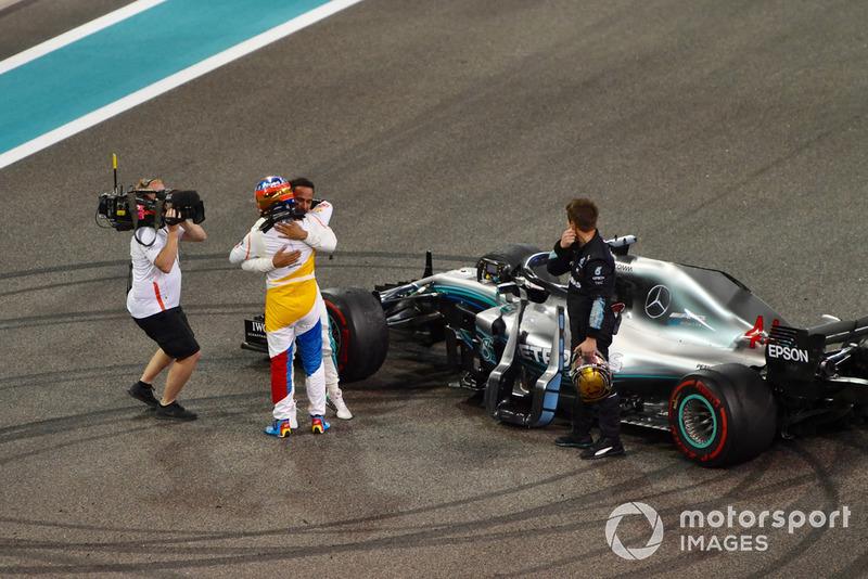 Fernando Alonso, McLaren y Lewis Hamilton, Mercedes AMG F1 se abrazan al final de la carrera