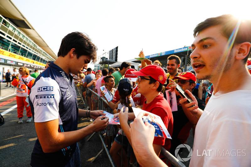 Lance Stroll, Williams Martini Racing, con aficionados