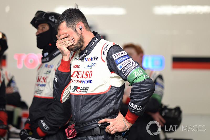 No fim de tarde, o primeiro drama para a Toyota: o #8 enfrentou um problema no motor dianteiro e teve de ir para a garagem para o reparo.