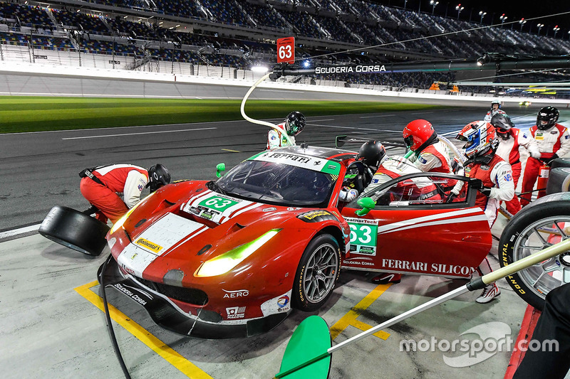 #63 Scuderia Corsa Ferrari 488 GT3: Christina Nielsen, Alessandro Balzan, Sam Bird, Matteo Cressoni, pit actie