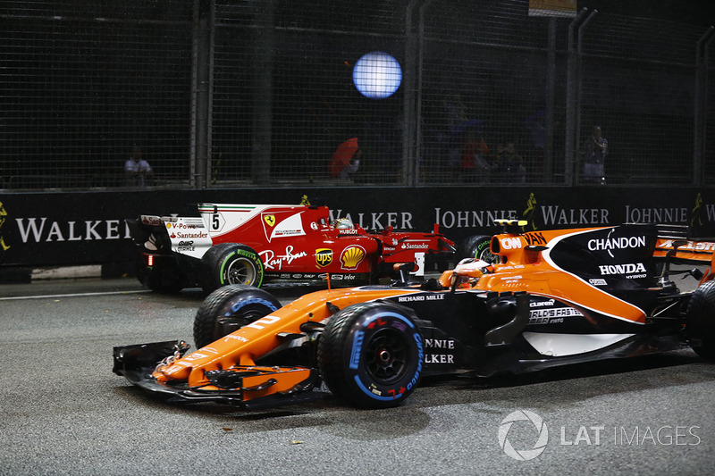 Stoffel Vandoorne, McLaren MCL32 ve kazalı Sebastian Vettel, Ferrari SF70H