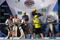 GTE-Am-Podium: 1. Paul Dalla Lana, Pedro Lamy, Mathias Lauda, Aston Martin Racing; 2. Mok Weng Sun, Matt Griffin, Keita Sawa, Clearwater Racing; 3. Thomas Flohr, Francesco Castellacci, Miguel Molina