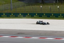 Lewis Hamilton, Mercedes AMG F1 W08, runs into the gravel in FP2