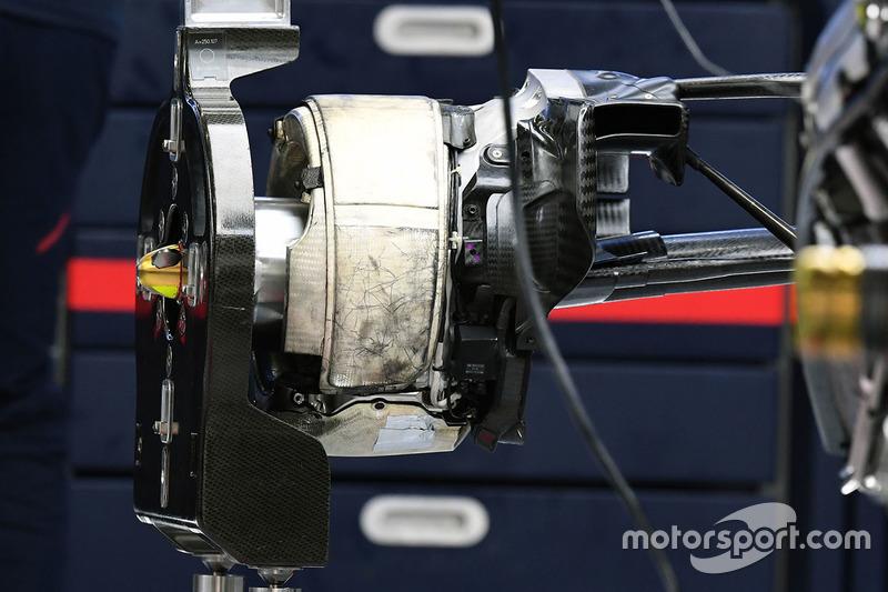 红牛RB13赛车后轮细节图