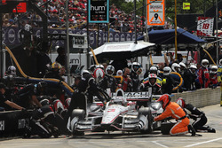 Helio Castroneves, Team Penske Chevrolet, pit action