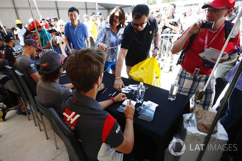Romain Grosjean, Haas F1 Team, Fernando Alonso, McLaren