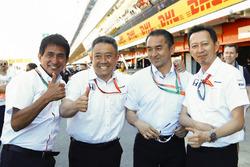 Старший керівний директор Honda Юсуке Хасегава і працівники Honda