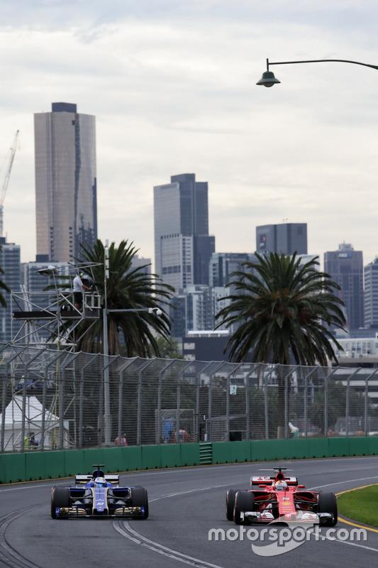 Marcus Ericsson, Sauber C36 y Sebastian Vettel, Ferrari SF70H