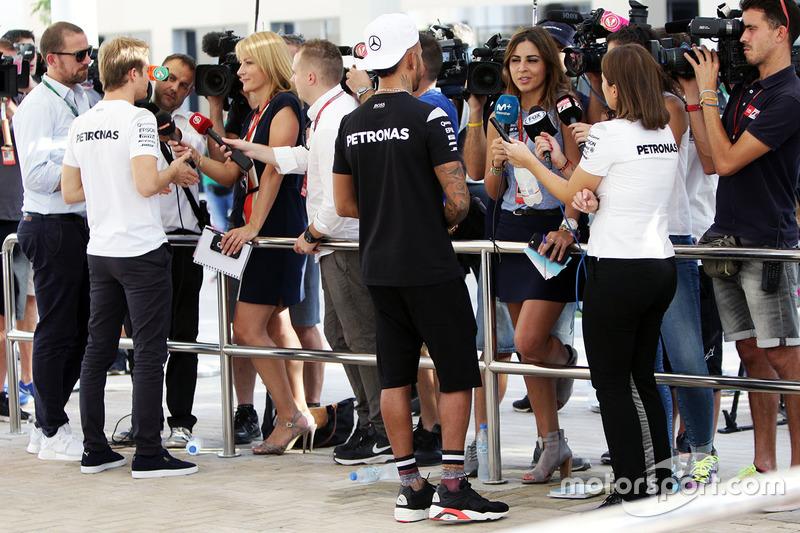 Lewis Hamilton, Mercedes AMG F1, Nico Rosberg, Mercedes AMG F1 con los medios