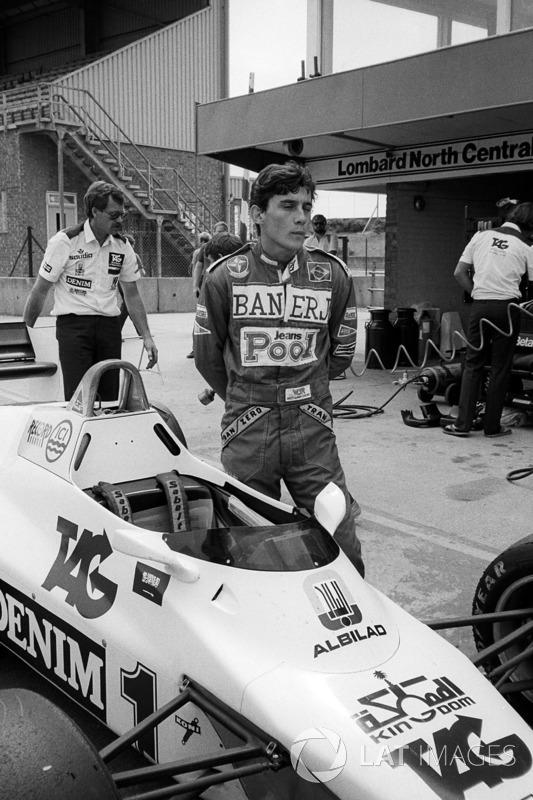 Ayrton Senna, se encuentra junto a la Williams FW08C durante una prueba de F1