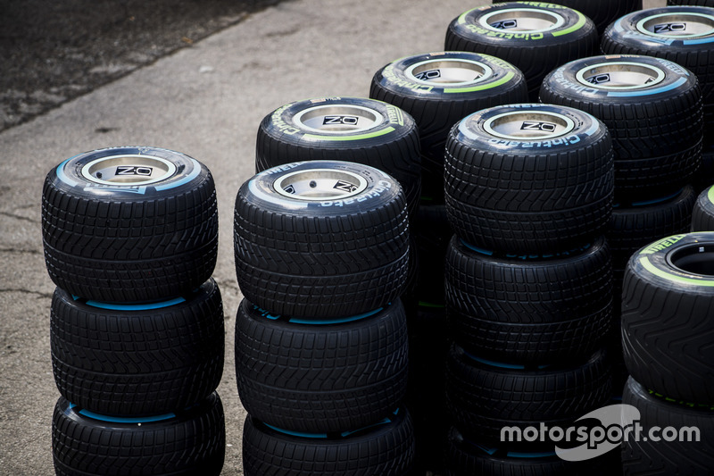 Стопка дождевых шин Pirelli