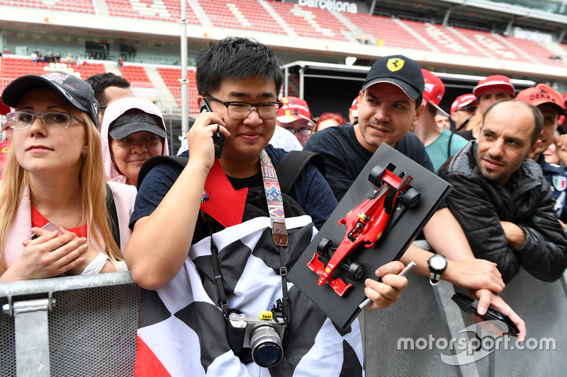 Болельщики с моделью автомобиля Ferrari