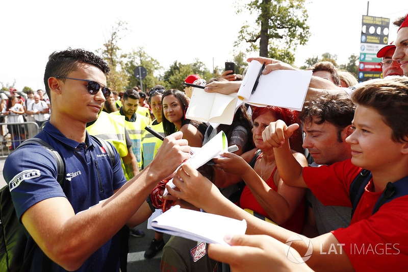 Pascal Wehrlein, Sauber, signs autographs for his fans