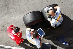 Робітники Ferrari та Pirelli працюють з шинами  SuperSoft