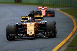 Nico Hulkenberg, Renault Sport F1 Team RS17, devant Fernando Alonso, McLaren MCL32