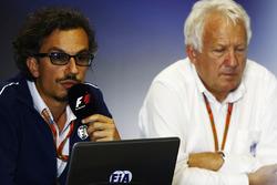 Laurent Mekies, Director de carrera adjunta de F1, FIA, Charlie Whiting, Director de la carrera del FIA, anfitrión de una conferencia de prensa sobre la introducción del halo