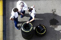 Rob Smedley, Williams, Chefingenieur (links) mit Kollegen und Pirelli-Reifen