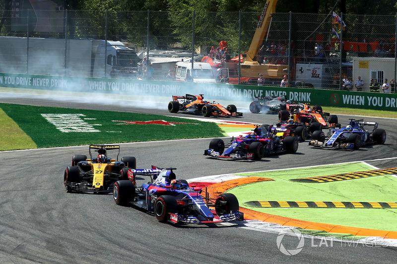 Fernando Alonso bloquea en la salida. Mantuvo el coche en pista
