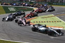 Lewis Hamilton, Mercedes AMG F1 W08, Esteban Ocon, Sahara Force India F1 VJM10, Lance Stroll, Williams FW40, Kimi Raikkonen, Ferrari SF70H, the rest of the field at the start