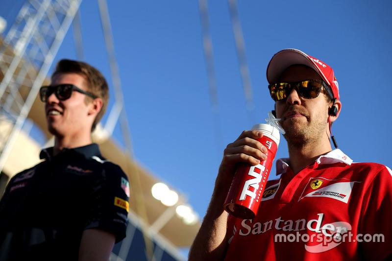 Sebastian Vettel, Ferrari und Daniil Kvyat, Red Bull Racing