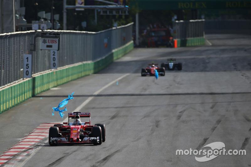 Sebastian Vettel, Ferrari SF16-H con la bolsa de plástico de su ala delantera