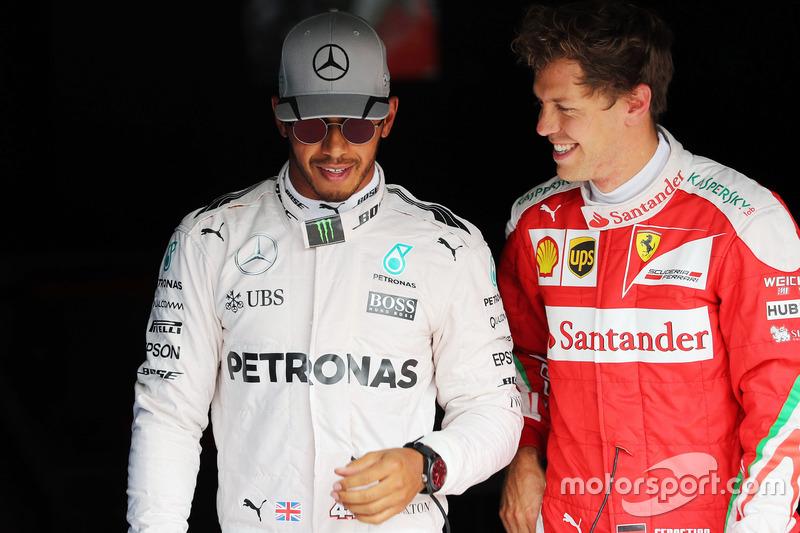 Pole: Lewis Hamilton, Mercedes AMG F1 ve 3. Sebastian Vettel, Ferrari, parc ferme