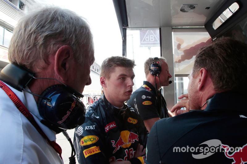 (Da sx a dx): il Dr Helmut Marko, Consulente Red Bull Motorsport con Max Verstappen, Red Bull Racing e Christian Horner, Team Principal Red Bull Racing al muretto box mentre la gara è sospesa