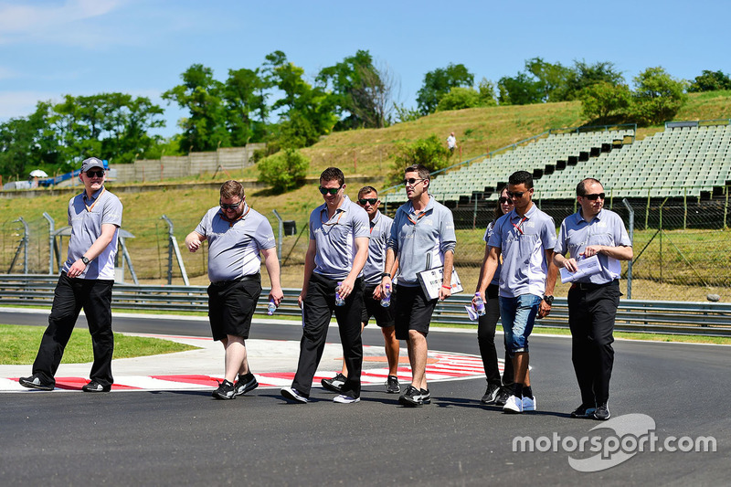 Pascal Wehrlein, Manor Racing walks the circuit with the team