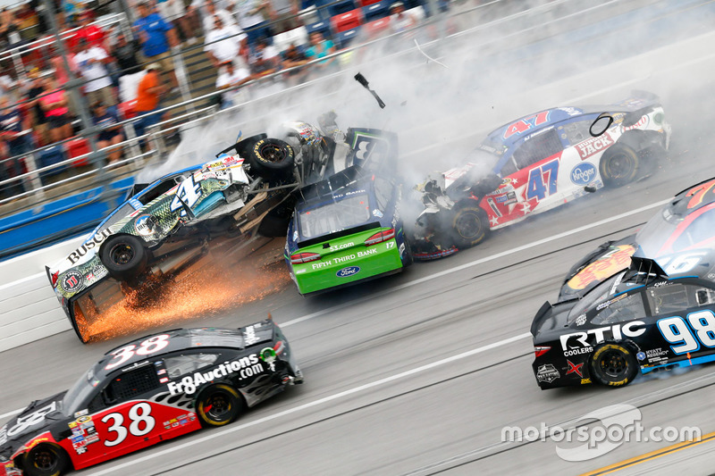 7. Ricky Stenhouse Jr., Roush Fenway Racing Ford, Kevin Harvick, Stewart-Haas Racing Chevrolet choque