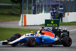 Rio Haryanto, Manor Racing MRT05 y Marcus Ericsson, Sauber C35