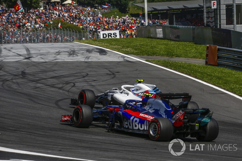 Pierre Gasly, Scuderia Toro Rosso STR13 lotta con Sergey Sirotkin, Williams FW41
