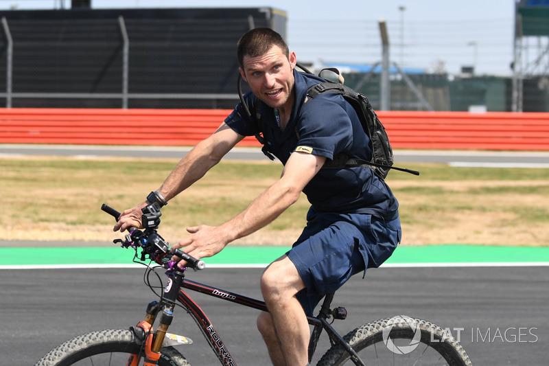 Guy Martin, va in bici lungo il circuito
