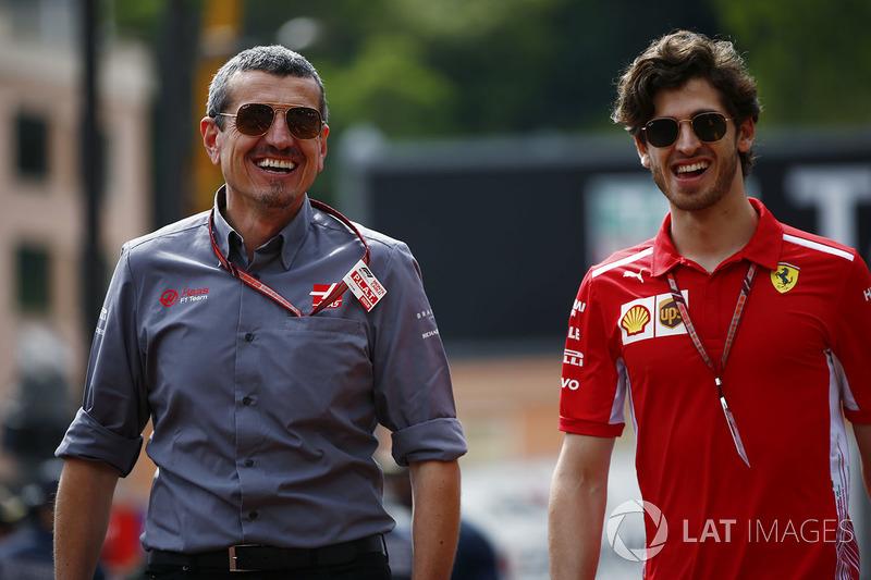 Guenther Steiner, Team Principal, Haas F1, e Antonio Giovinazzi, pilota sviluppatore Ferrari