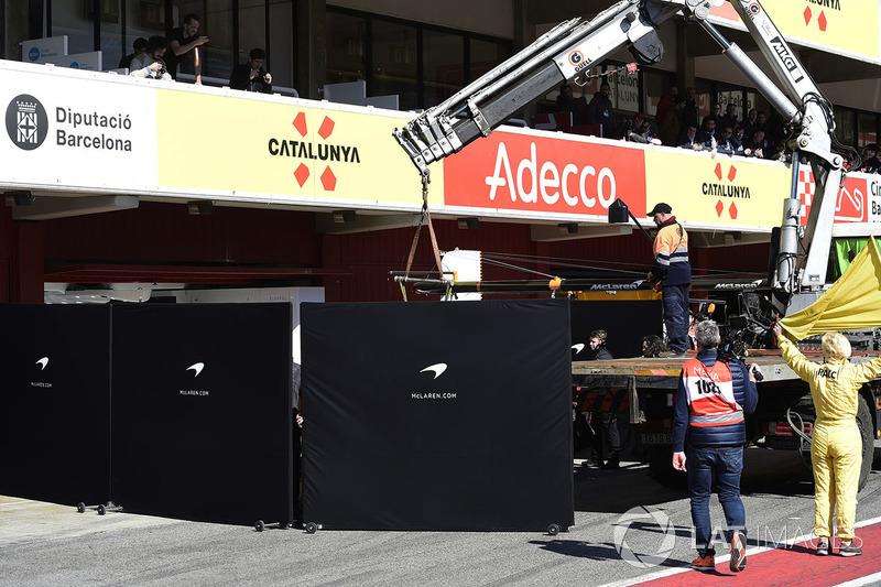 McLaren MCL33 Фернандо Алонсо в боксах за защитными экранами