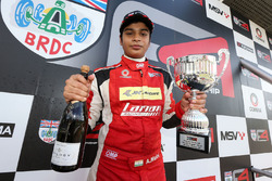 Carrera 3, podio: ganador Arjun Maini, Lanan Racing